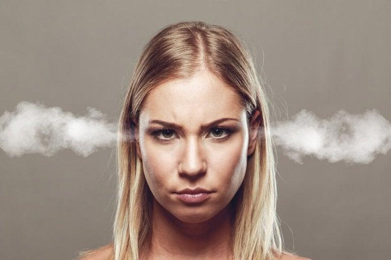kobieta i dym z uszu