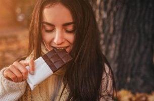 Serotonina i dopamina zwiększają się pod wpływem czekolady