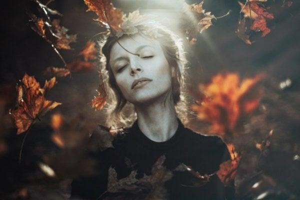 Kobieta i jesienne liście.