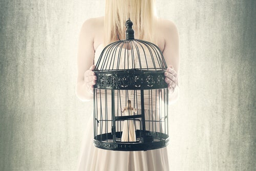 Wyuczona bezradność - kobieta w klatce.