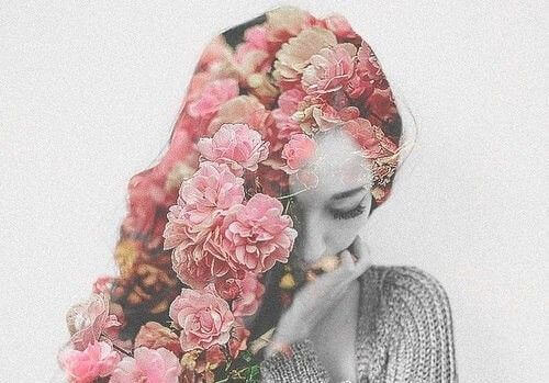 Kobieta i kwiaty we włosach.