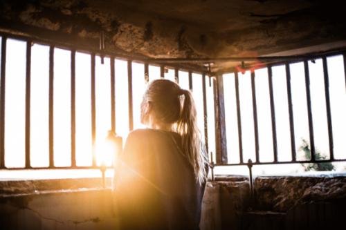 Kobieta stoi przed oknem - radzenie sobie z emocjami
