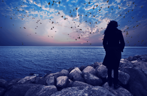 Kobieta patrzy na ocean