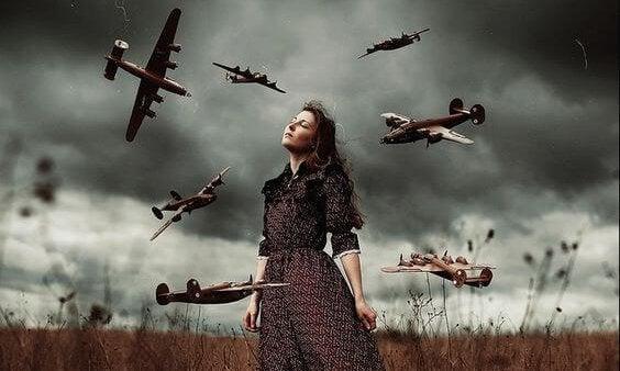 Kobieta na łące i samoloty.