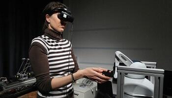 Kobieta steruje robotem
