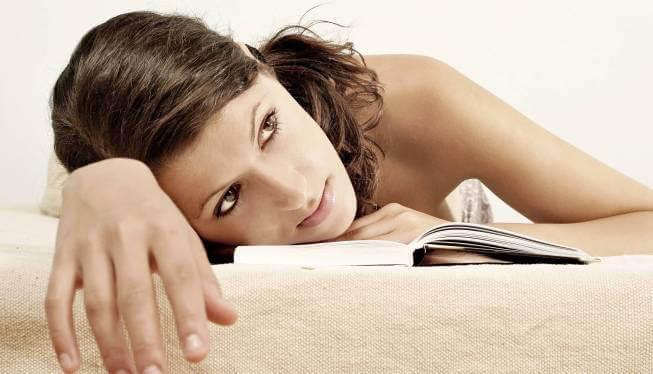znudzona kobieta z książką