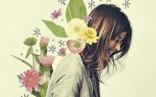 Kobieta z kwiatami na plecach