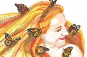 Uśmiechanie się - kobieta z motylami we włosach.