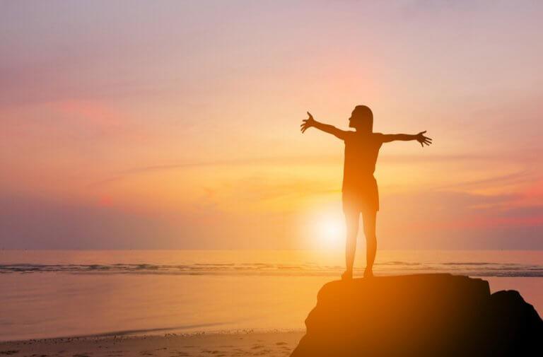 Radosna kobieta o zachodzie słońca
