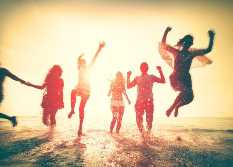 Ludzie bawiący się na plaży