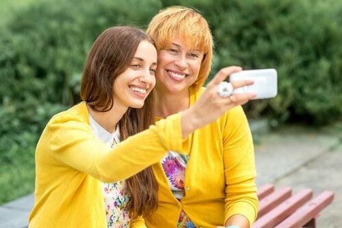 Pożegnanie - Mama i córka robią selfie