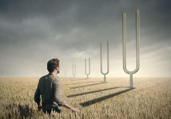 Mężczyzna w polu pszenicy.