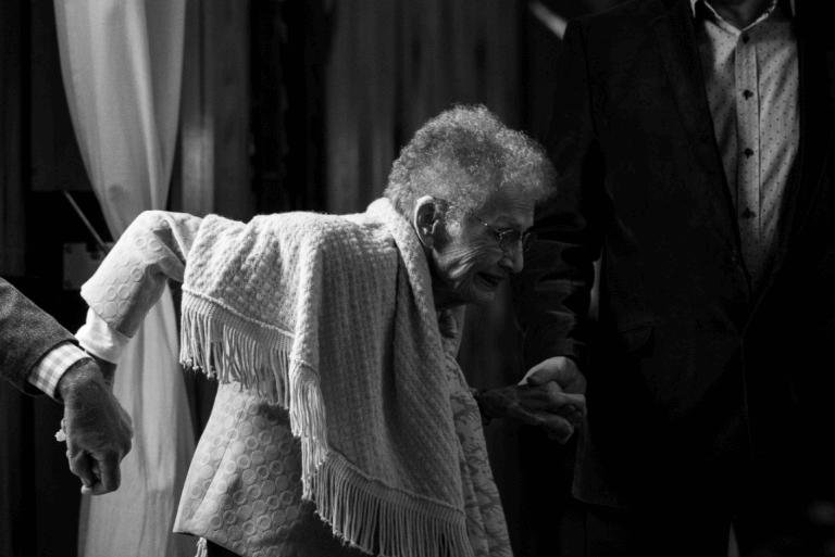 Demencja - starsza kobieta.
