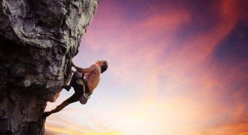 Mężczyzna podczas wspinaczki górskiej