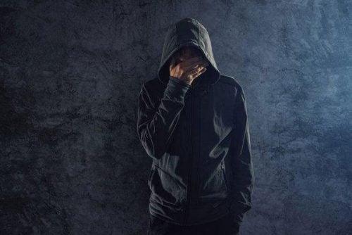 Mężczyzna w kapturze - osobowość schizoidalna