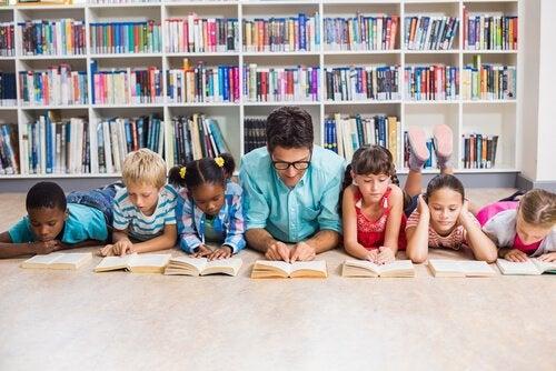 Nauczyciel czytający z dziećmi.