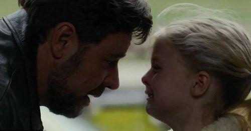 Porzucenie - Dziewczynka płacze przed ojcem
