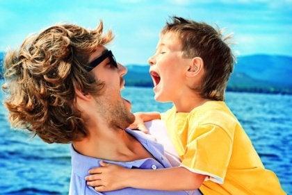 Śmiejący się ojciec i syn.