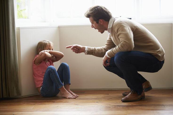 Ojciec krzyczy na dziecko.