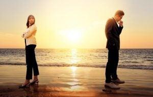 Para w strojach biznesowych kłoci się na plaży
