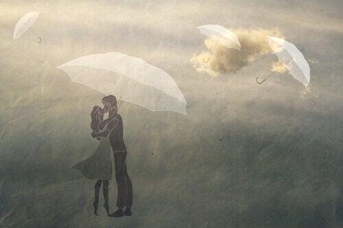 Para zakochanych pod parasolem.