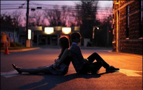 Para siedząca plecami do siebie