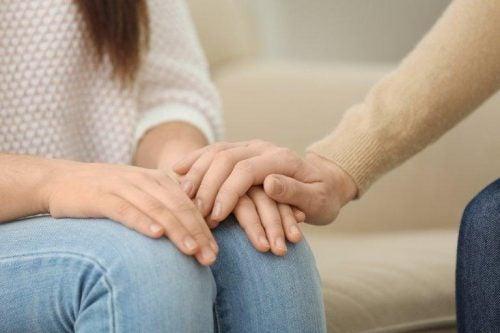 Para trzyma się za ręce, dając sobie wsparcie i mówiąc wierzę w Ciebie