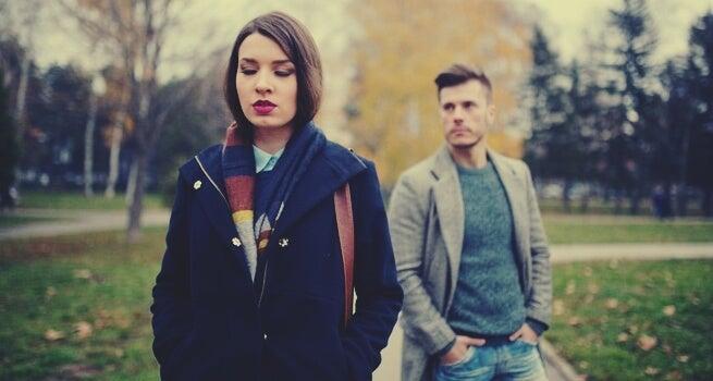 poważna dziewczyna i chłopak z tyłu