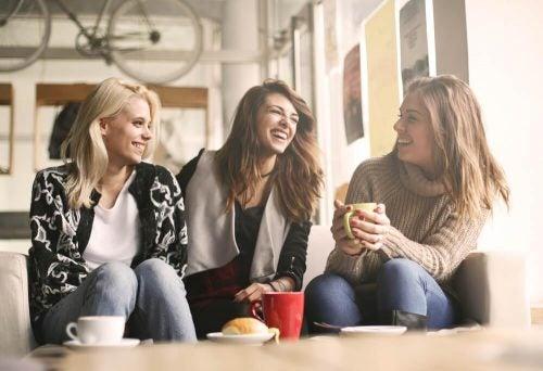 Pozytywne nastawienie - trzy dziewczyny śmieją się razem
