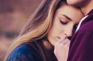 Przywiązanie lękowo-ambiwalentne - kobieta w ramionach mężczyzny