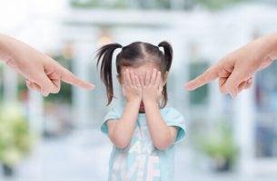 Toksyczni rodzice - rodzice krzyczą na dziewczynkę.
