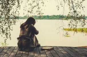 Etapy bólu - smutna dziewczyna na pomoście.
