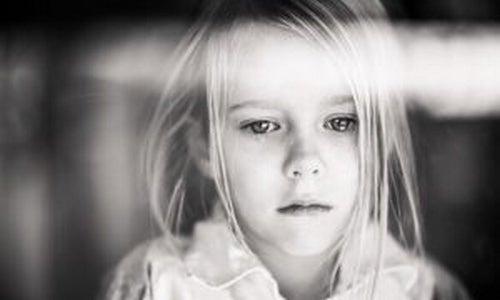 smutna dziewczynka - niekochane dziecko