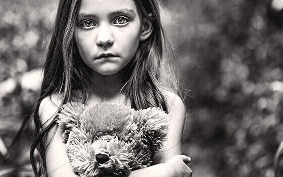 Smutna dziewczynka.
