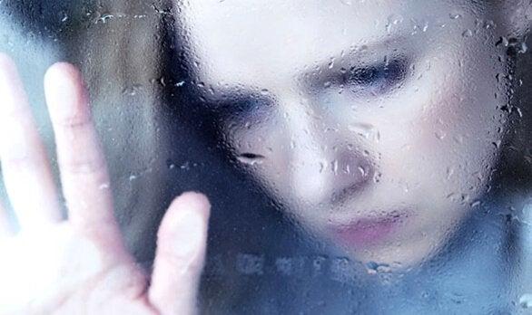 Smutna dziewczyna za oknem.