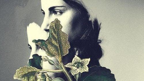 Smutna kobieta z kwiatami i liśćmi