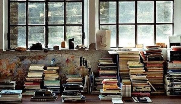 Stosy książek.