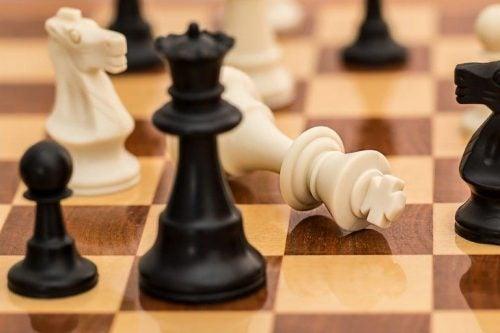 Biały król w szachach przegrywa