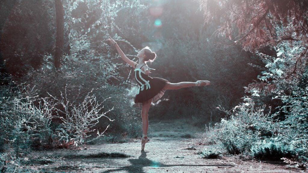 Tańcząca dziewczyna w lesie.