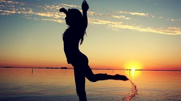 Dziewczyna tańcząca nad oceanem.