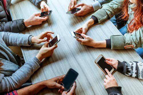 Phubbing: w jaki sposób telefony komórkowe niszczą związki