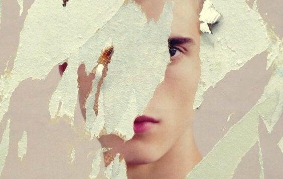 twarz chłopca na podartym papierze