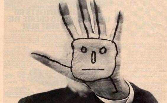 Twarz namalowana na dłoni