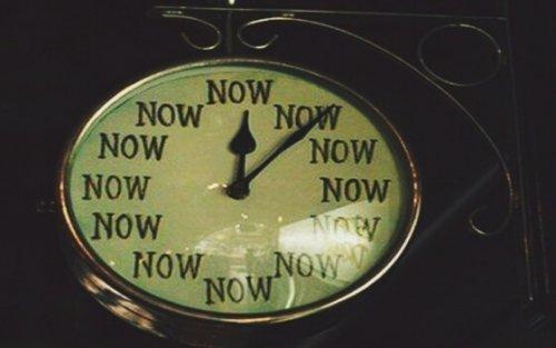 """Zegar z napisem """"now"""" zamiast cyfr"""