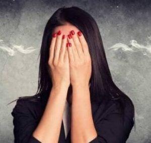 Złość wpływa negatywnie na stan zdrowia - kobieta zakrywa twarz dłońmi
