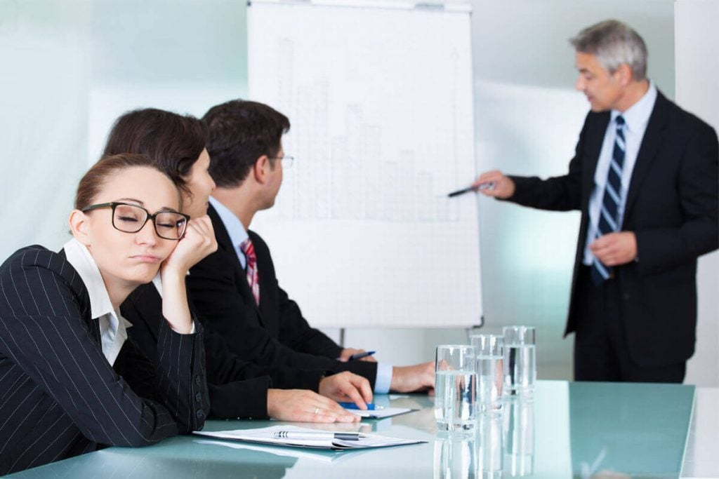 znudzona kobieta na zebraniu