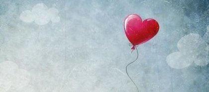 Czerwony balonik w niebie