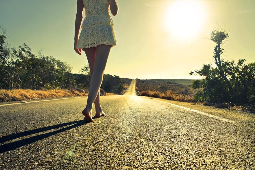 bosa kobieta na drodze