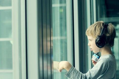 Chłopiec słuchający muzyki.