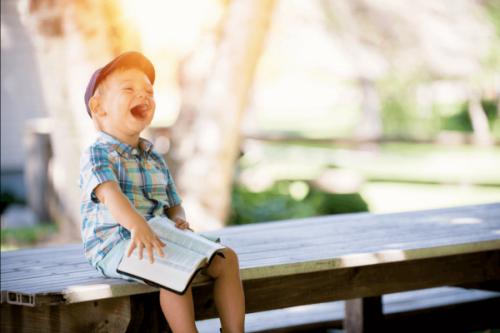 Chłopiec śmieje się w głos